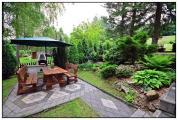 Chata Krásná - Zahradní posezení s krbem a slunečníkem v romantické zahradě
